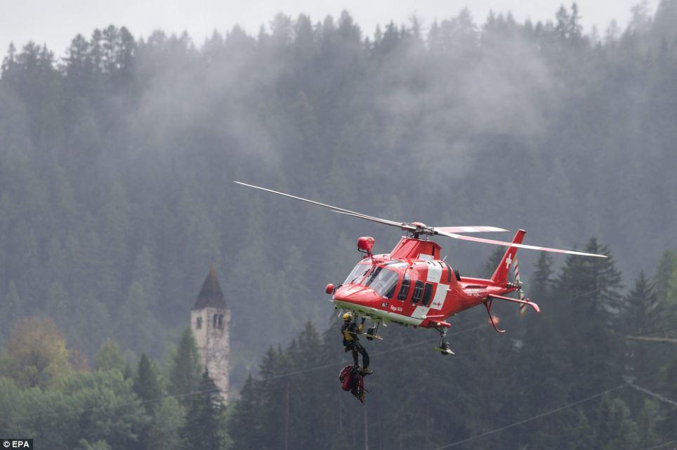 Đoàn tàu chở 200 hành khách trật bánh trước khe núi ở Thụy Sỹ - Ảnh 4