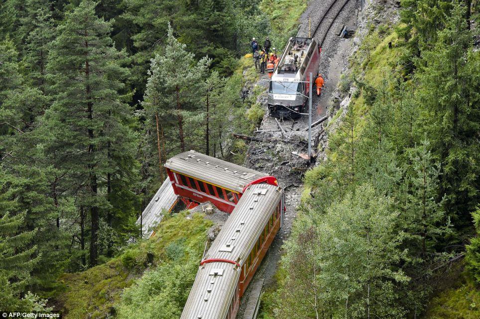 Đoàn tàu chở 200 hành khách trật bánh trước khe núi ở Thụy Sỹ - Ảnh 3
