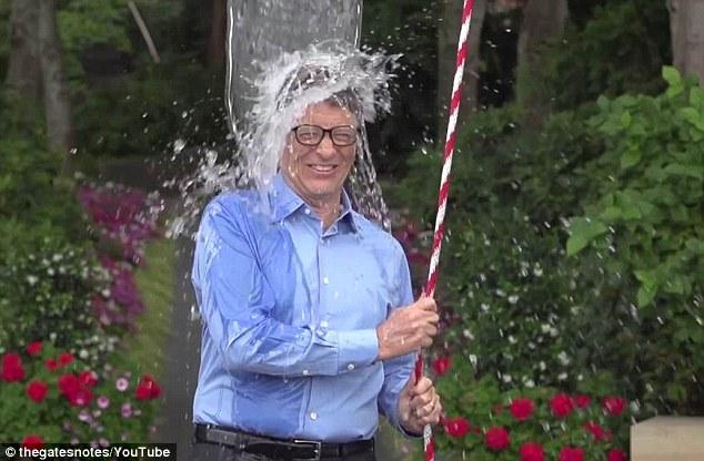 """CEO Facebook, Bill Gates tham gia """"tắm nước đá"""" làm từ thiện - Ảnh 2"""