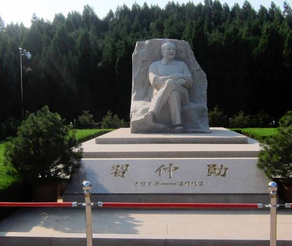 Du khách đổ xô đến thăm mộ phần thân sinh ông Tập Cận Bình - Ảnh 1