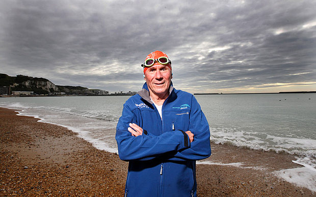 Cụ ông 70 tuổi lập kỷ lục thế giới bơi qua eo biển Manche - Ảnh 1