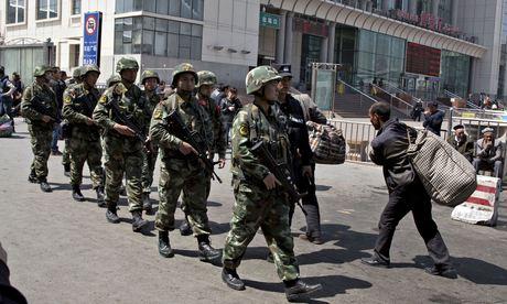 Trung Quốc chống bạo động ở Tân Cương bằng… tiền - Ảnh 1