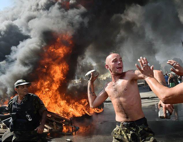 Chùm ảnh: Bạo lực bùng phát trở lại ở thủ đô Kiev - Ảnh 1