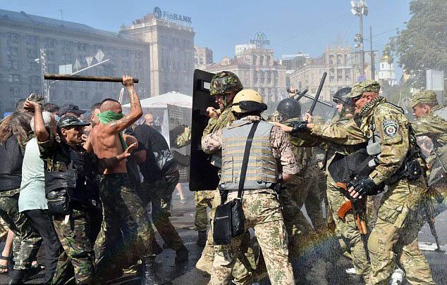 Chùm ảnh: Bạo lực bùng phát trở lại ở thủ đô Kiev - Ảnh 4