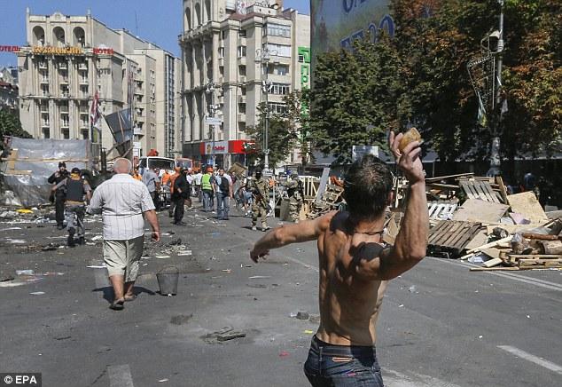 Chùm ảnh: Bạo lực bùng phát trở lại ở thủ đô Kiev - Ảnh 6