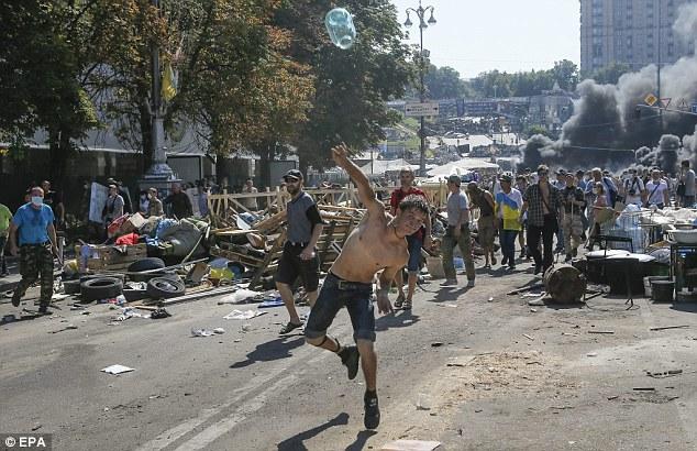 Chùm ảnh: Bạo lực bùng phát trở lại ở thủ đô Kiev - Ảnh 8