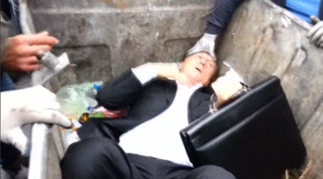 Video: Nghị sĩ Ukraine bị người biểu tình ném vào xe rác   - Ảnh 2