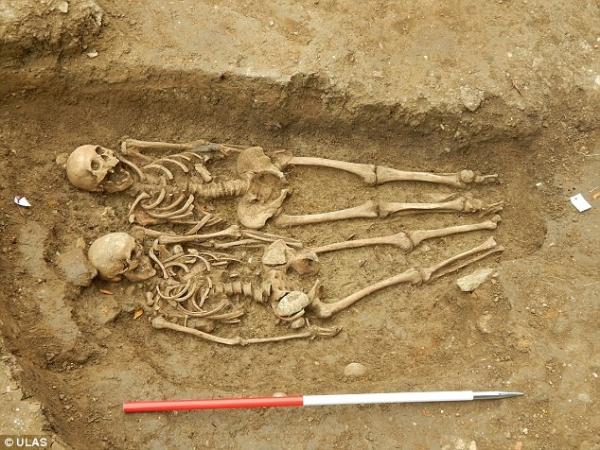 Phát hiện hai bộ hài cốt nắm tay nhau suốt 700 năm ở Anh - Ảnh 2
