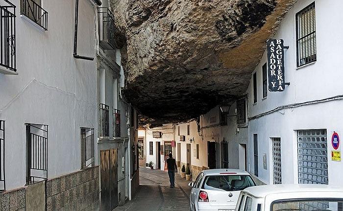 Chuyện lạ: Cả thị trấn sống dưới... tảng đá lớn qua hàng thế kỷ - Ảnh 1