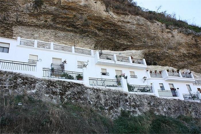 Chuyện lạ: Cả thị trấn sống dưới... tảng đá lớn qua hàng thế kỷ - Ảnh 8