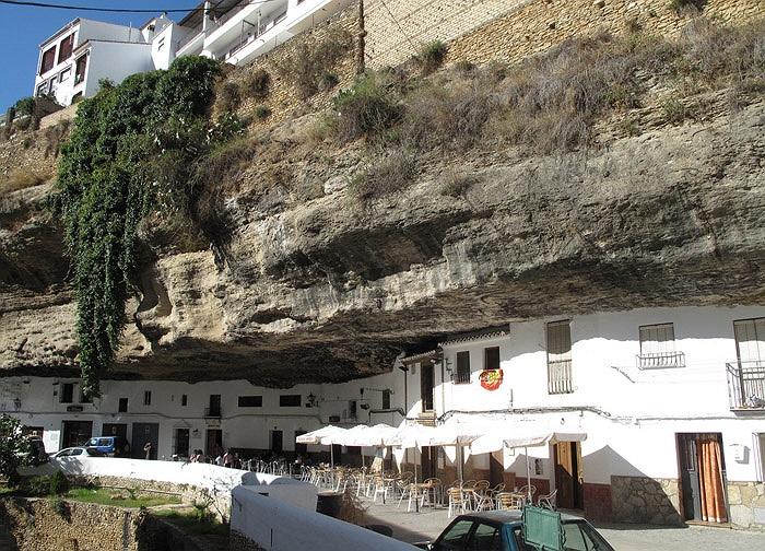 Chuyện lạ: Cả thị trấn sống dưới... tảng đá lớn qua hàng thế kỷ - Ảnh 9