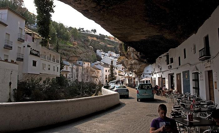 Chuyện lạ: Cả thị trấn sống dưới... tảng đá lớn qua hàng thế kỷ - Ảnh 10