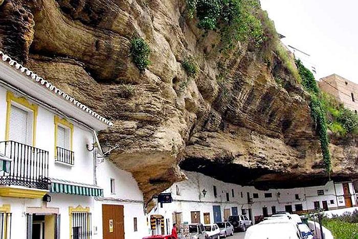 Chuyện lạ: Cả thị trấn sống dưới... tảng đá lớn qua hàng thế kỷ - Ảnh 2
