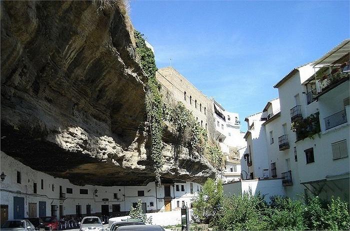 Chuyện lạ: Cả thị trấn sống dưới... tảng đá lớn qua hàng thế kỷ - Ảnh 3