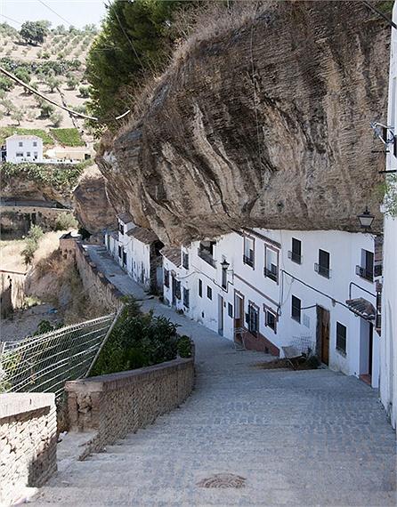Chuyện lạ: Cả thị trấn sống dưới... tảng đá lớn qua hàng thế kỷ - Ảnh 4