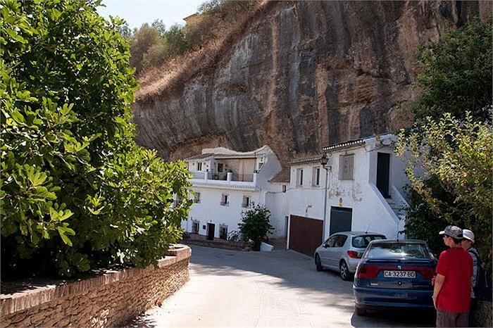 Chuyện lạ: Cả thị trấn sống dưới... tảng đá lớn qua hàng thế kỷ - Ảnh 7