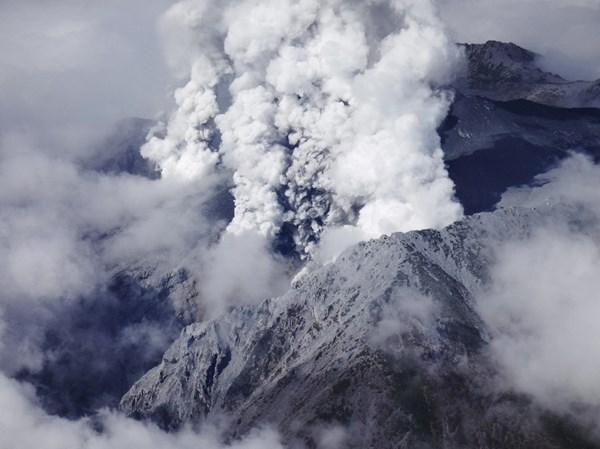 Cận cảnh núi lửa phun trào ở Nhật Bản, 30 người bị thương - Ảnh 1