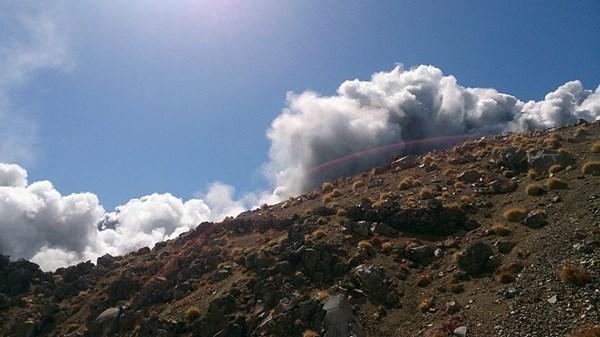 Cận cảnh núi lửa phun trào ở Nhật Bản, 30 người bị thương - Ảnh 2