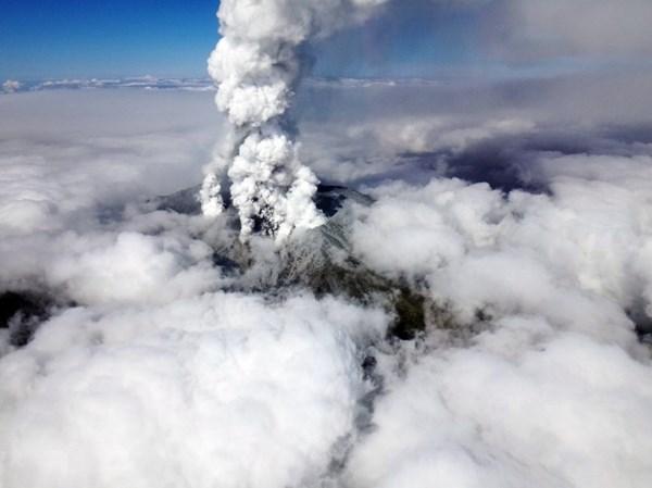 Cận cảnh núi lửa phun trào ở Nhật Bản, 30 người bị thương - Ảnh 3