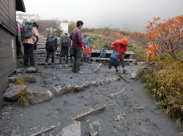 Cận cảnh núi lửa phun trào ở Nhật Bản, 30 người bị thương - Ảnh 4