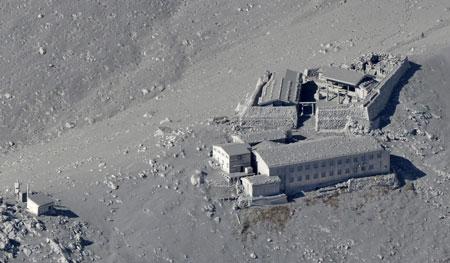 Cận cảnh núi lửa phun trào ở Nhật Bản, 30 người bị thương - Ảnh 5