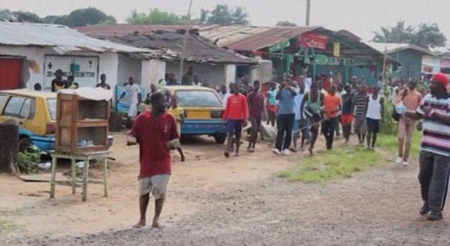 Bệnh nhân Ebola bỏ trốn ra chợ... kiếm thức ăn gây hỗn loạn - Ảnh 1