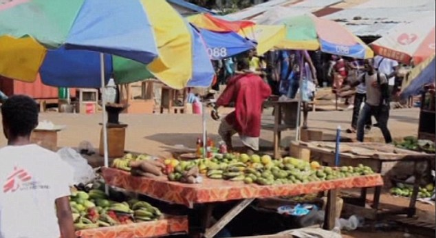 Bệnh nhân Ebola bỏ trốn ra chợ... kiếm thức ăn gây hỗn loạn - Ảnh 2