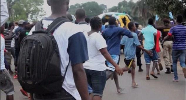 Bệnh nhân Ebola bỏ trốn ra chợ... kiếm thức ăn gây hỗn loạn - Ảnh 8