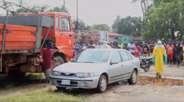 Bệnh nhân Ebola bỏ trốn ra chợ... kiếm thức ăn gây hỗn loạn - Ảnh 3