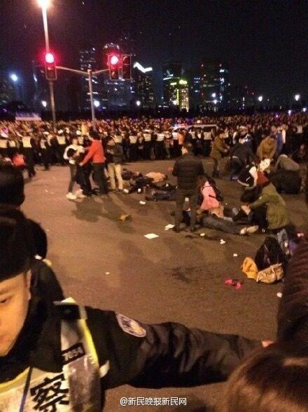 Hiện trường hỗn loạn vụ giẫm đạp kinh hoàng tại Thượng Hải - Ảnh 2