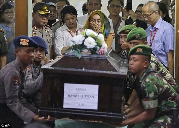 Nghẹn ngào tang lễ nạn nhân đầu tiên trong thảm kịch QZ8501  - Ảnh 1
