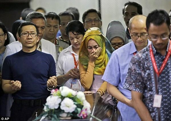 Nghẹn ngào tang lễ nạn nhân đầu tiên trong thảm kịch QZ8501  - Ảnh 2