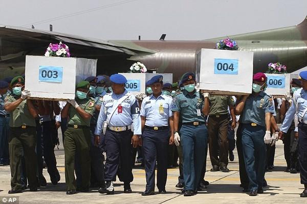 Nghẹn ngào tang lễ nạn nhân đầu tiên trong thảm kịch QZ8501  - Ảnh 6