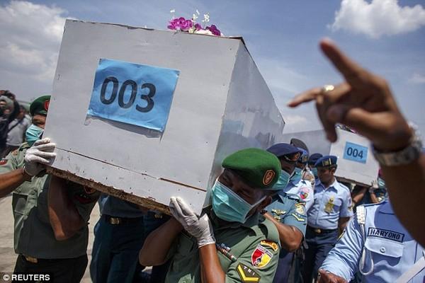 Nghẹn ngào tang lễ nạn nhân đầu tiên trong thảm kịch QZ8501  - Ảnh 7