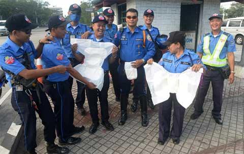 Philippines: Hàng ngàn cảnh sát mặc bỉm làm nhiệm vụ - Ảnh 1