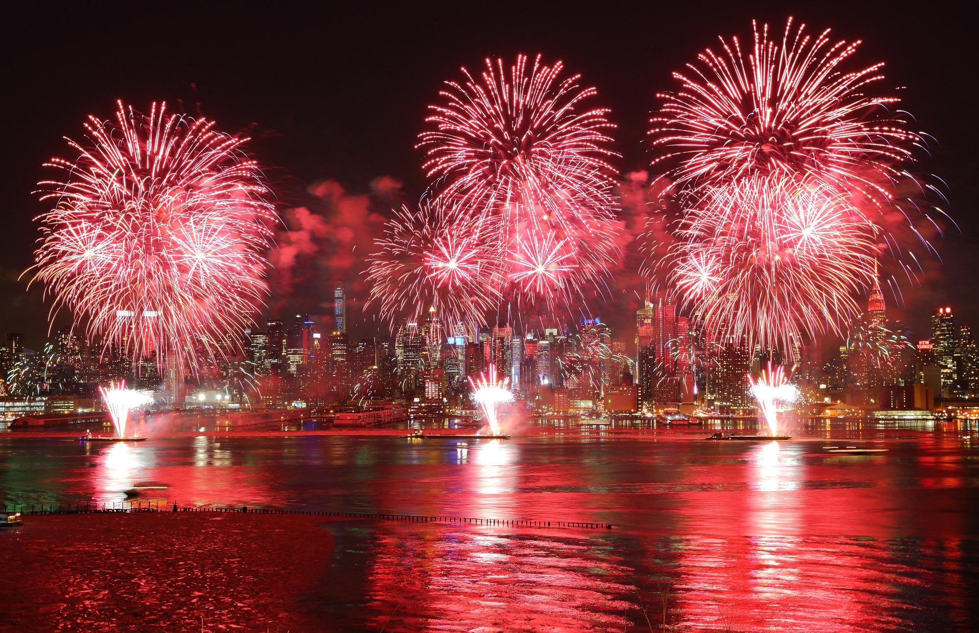 Video: Pháo hoa rực rỡ chào xuân Ất Mùi trên sông Hudson, Mỹ - Ảnh 1
