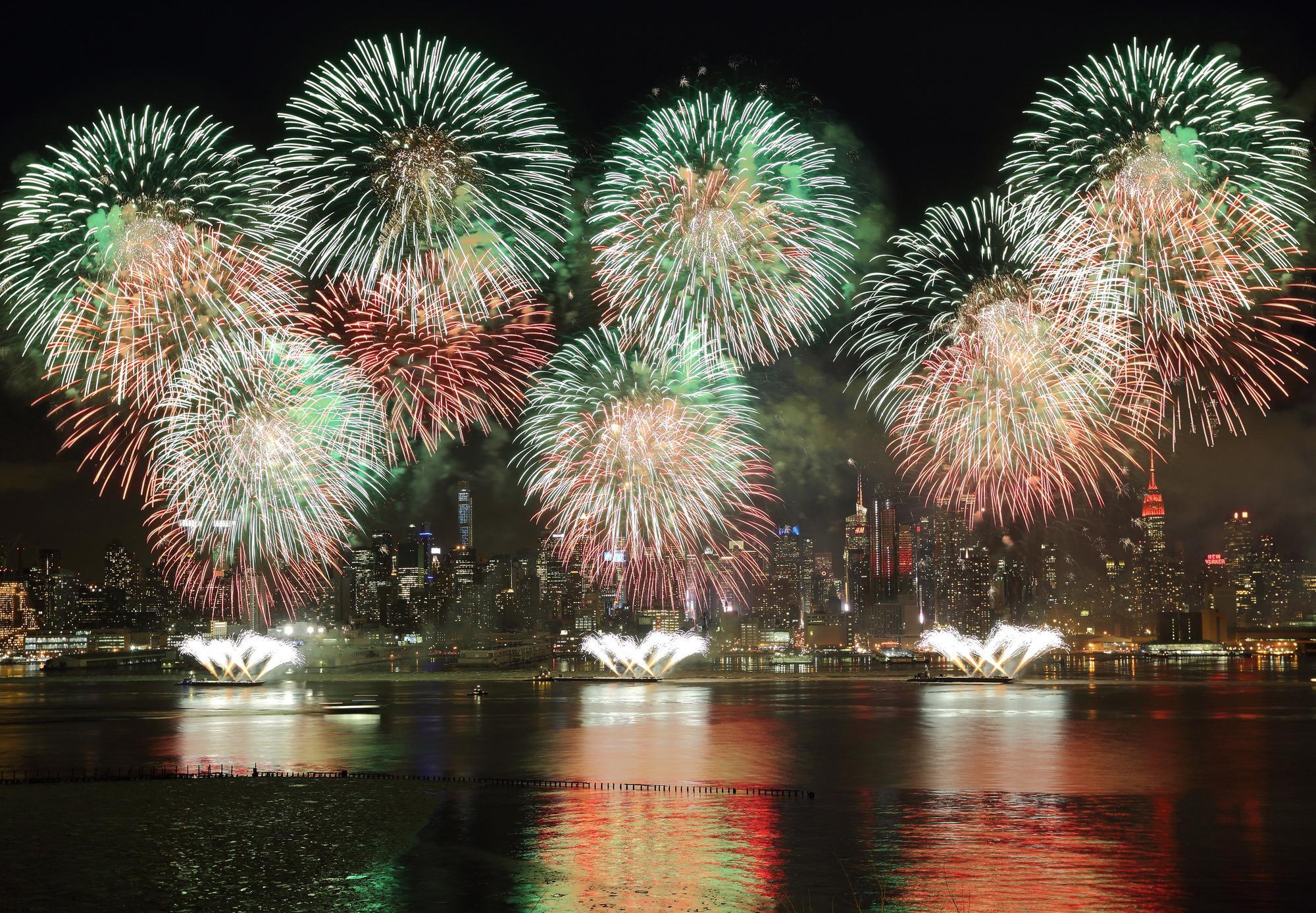 Video: Pháo hoa rực rỡ chào xuân Ất Mùi trên sông Hudson, Mỹ - Ảnh 2