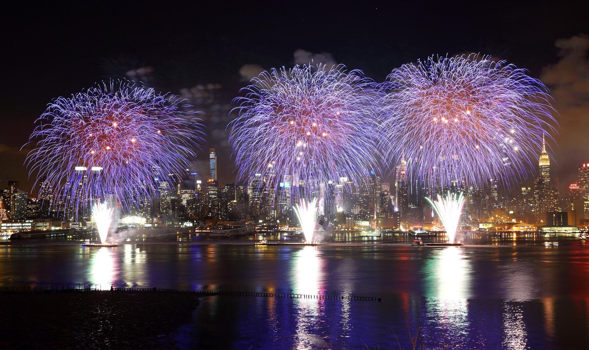 Video: Pháo hoa rực rỡ chào xuân Ất Mùi trên sông Hudson, Mỹ - Ảnh 3