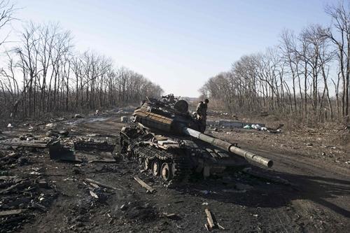 Ukraine không rút vũ khí hạng nặng nếu hai phe không ngừng bắn - Ảnh 1