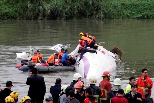 Máy bay TransAsia chở 58 người rơi xuống sông ở Đài Loan - Ảnh 1