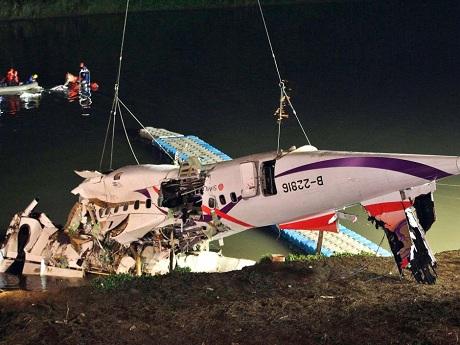 Máy bay Đài Loan cháy động cơ trước khi rơi xuống sông - Ảnh 1