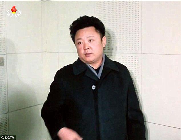 Lộ ảnh hiếm giống nhau như tạc của cha con nhà lãnh đạo Triều Tiên - Ảnh 2