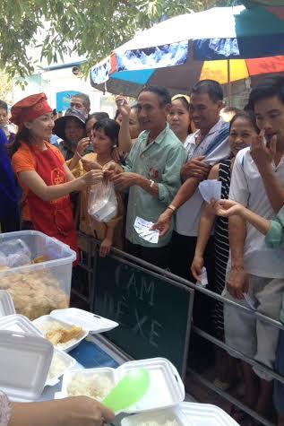 Ấm lòng bếp ăn từ thiện cho bệnh nhân nghèo - Ảnh 9