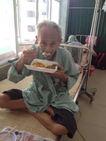 Ấm lòng bếp ăn từ thiện cho bệnh nhân nghèo - Ảnh 4