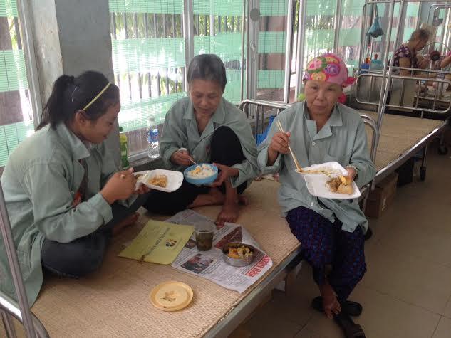 Ấm lòng bếp ăn từ thiện cho bệnh nhân nghèo - Ảnh 5