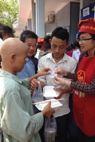 Ấm lòng bếp ăn từ thiện cho bệnh nhân nghèo - Ảnh 6