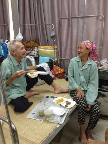 Ấm lòng bếp ăn từ thiện cho bệnh nhân nghèo - Ảnh 8