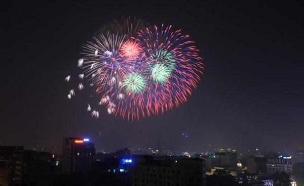 Bắn pháo hoa 10/10: Pháo hoa ngập trời, Hà Nội lung linh - Ảnh 6