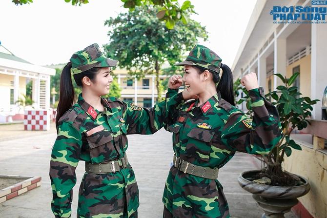 Ngọc Hân, Nguyễn Thị Loan hoà đồng cùng các chiến sĩ - Ảnh 7
