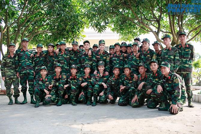 Ngọc Hân, Nguyễn Thị Loan hoà đồng cùng các chiến sĩ - Ảnh 8